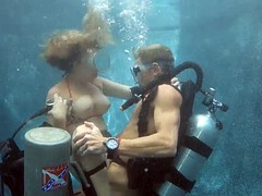 Жесткий секса под водой