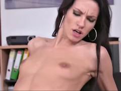 Русский секс брюнетки в офисе, негры делают куни