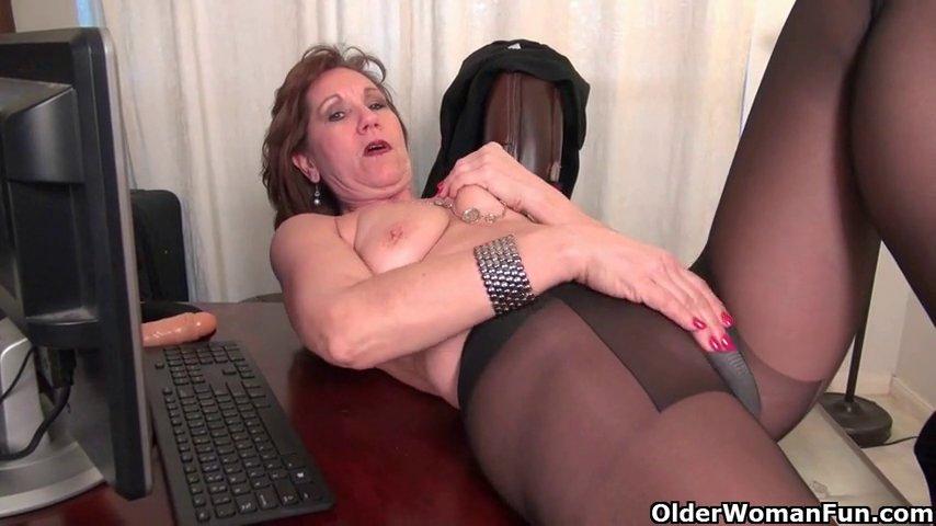 Взрослая дама мастурбирует в колготках порно фото бесплатно