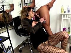 Парикмахер интимные стрижки порно фильм с переводом — pic 7
