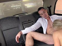 зрелую тетку в такси капоте для