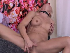 hot beefy milf feeding her ass and pussy