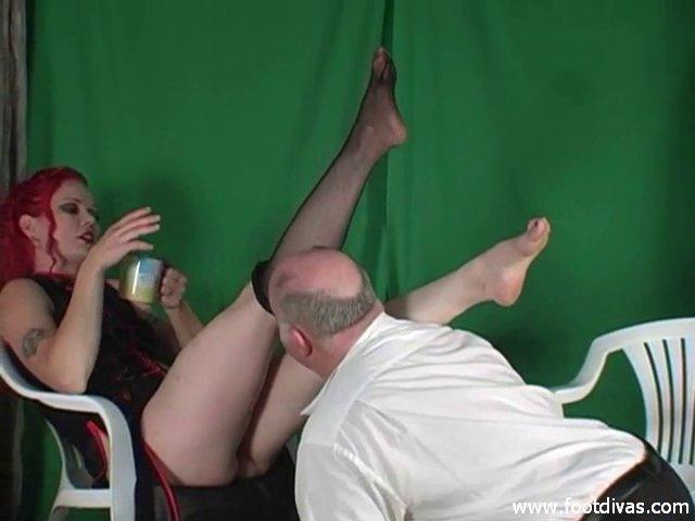 Член лижет ноги в тюрьме видео толстушки