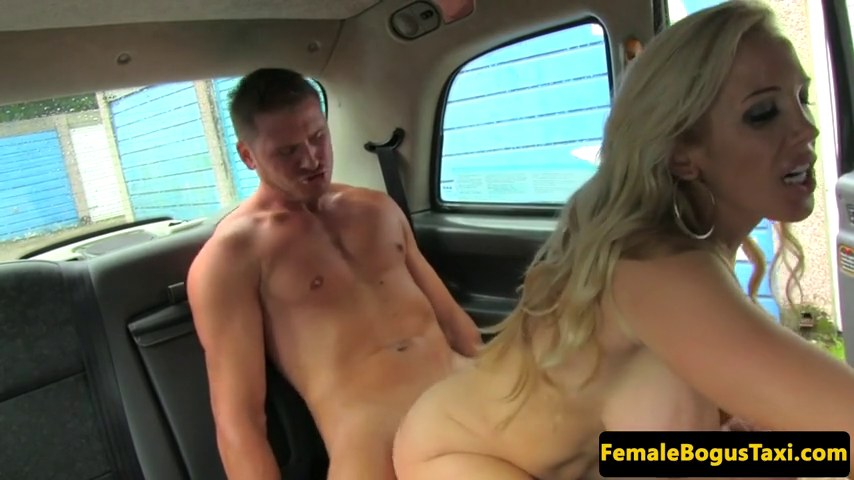 zreluyu-tetku-v-taksi