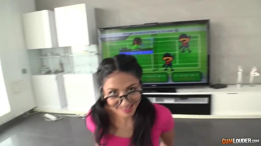 Gamer Spanierin mit Brille Julia De Lucia wird in POV gefickt