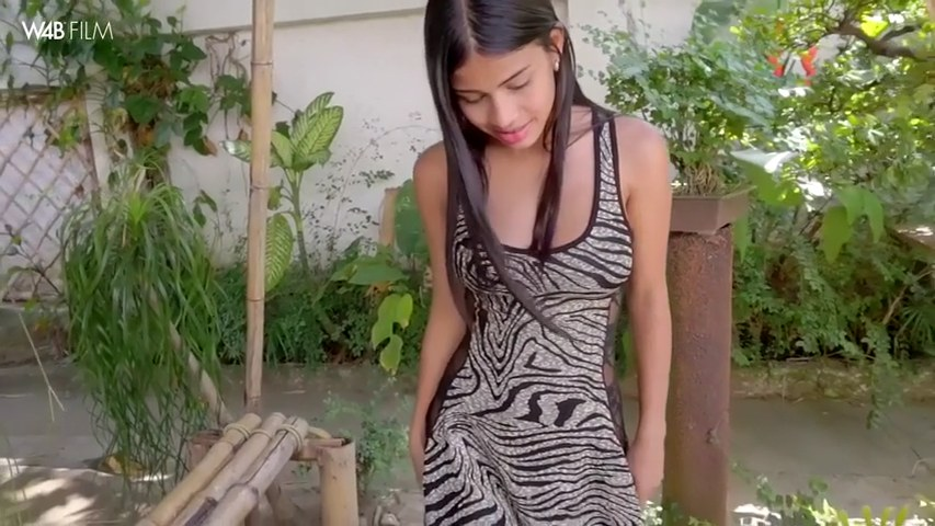 Die entzückende Denisse Gomez pisst in einen Garten und zeigt ihre schöne Muschi