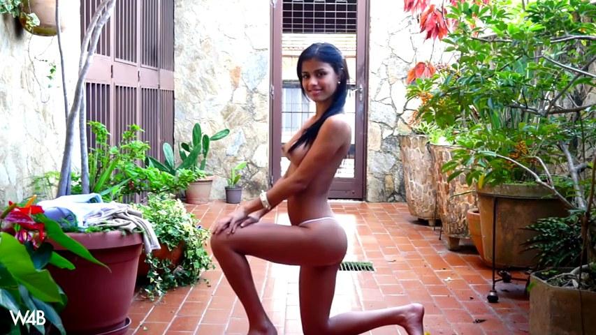 Kolumbianische Prinzessin Denisse Gomez zieht sich am Pool nackt aus