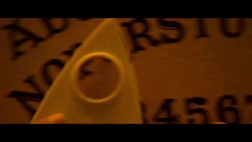 Ouija sagt der heißen Jimena Lago und ihrem Mann Miguel, dass sie jetzt Sex haben sollen
