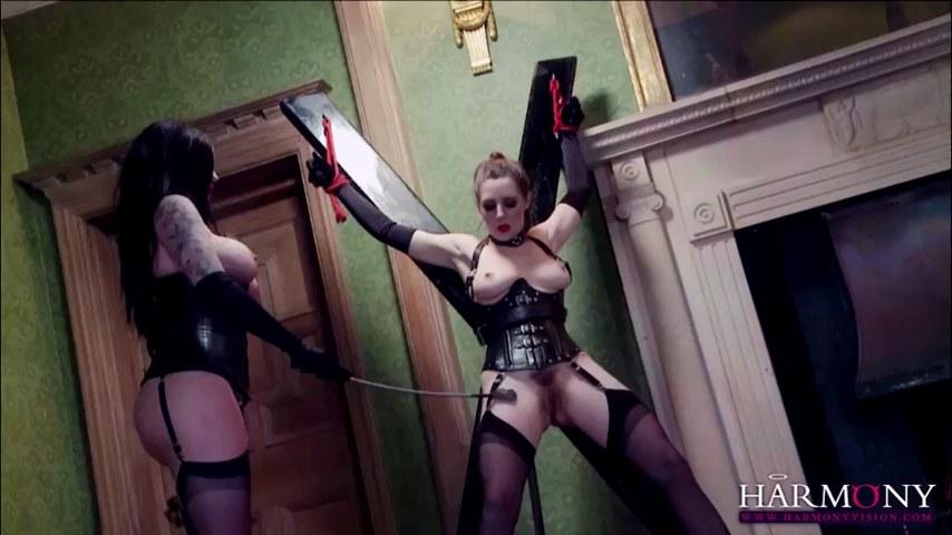 Divine UK Sex bombardiert Samantha Bentley und Yuffie Yulan in versauter Dreier-Action