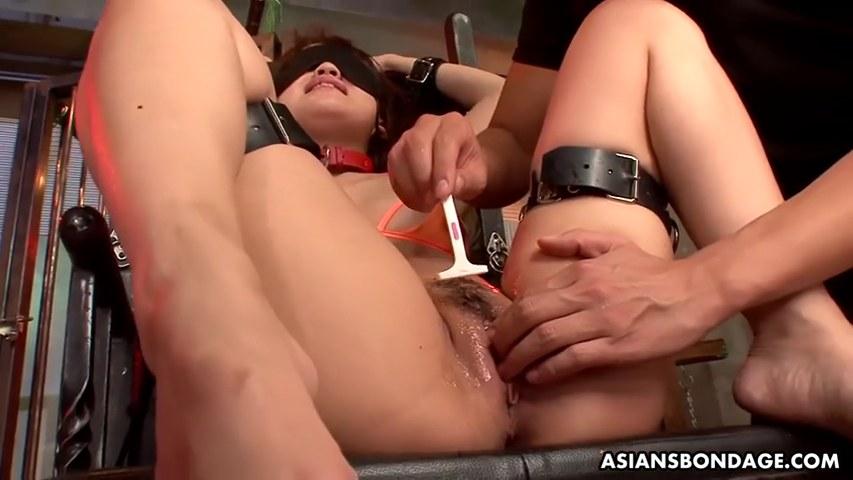 Japanischer Engel Nene Masaki spritzt wie ein Geysir in BDSM-Session