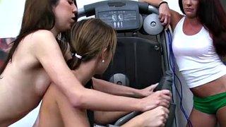 Fitness-Babe Paige Owens streckt ihren Körper und ihre Muschi