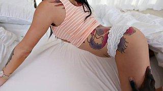 Das tätowierte Babe Indigo Augustine hat einen Höschen-Fetisch-Fick im POV