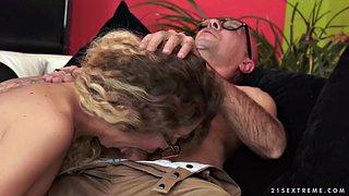 Junge blonde Charmeurin Cynthia Thomas fickt in heißem POV-Video