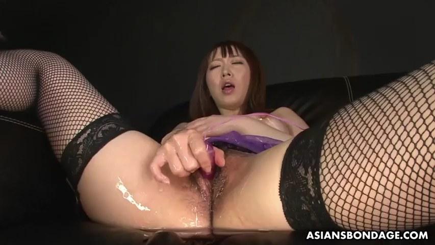 Japanische Süße Sayaka Tsuji bekommt Bukkake, während sie heftig spritzt