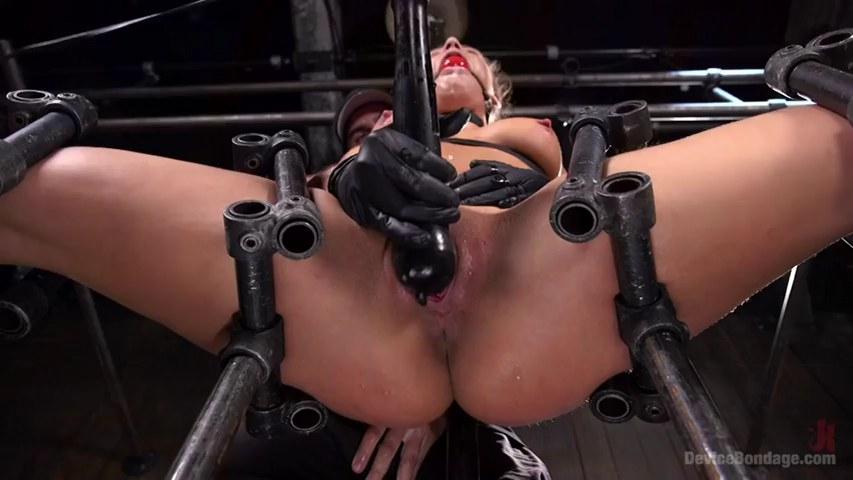 Abella Danger erreicht während der BDSM-Session Hardcore-Orgasmen