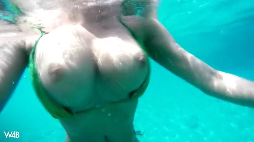 Luscious Lucy zeigt Titten unter Wasser und masturbiert am Strand
