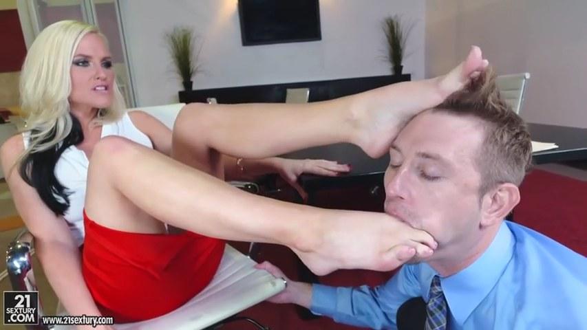 Alena Croft wird im Büro von Fußfetischistin gefickt